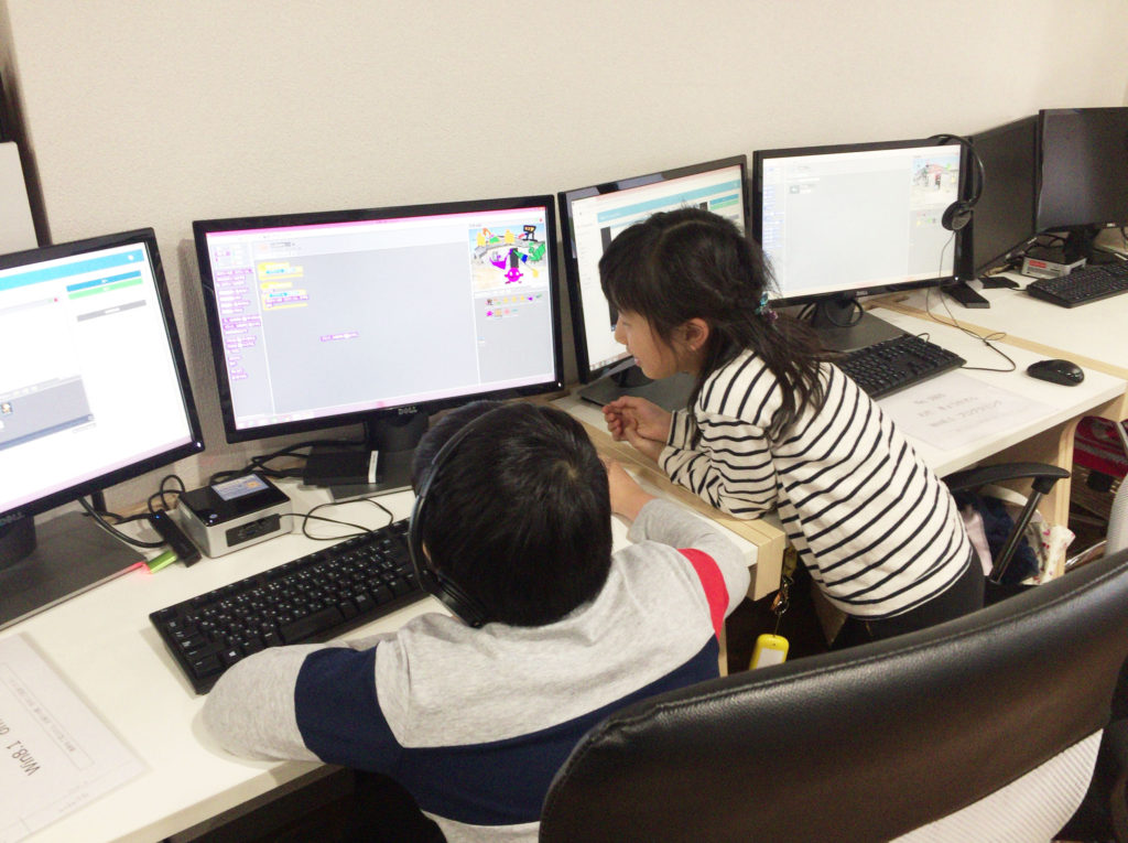 プログラミングをする男女
